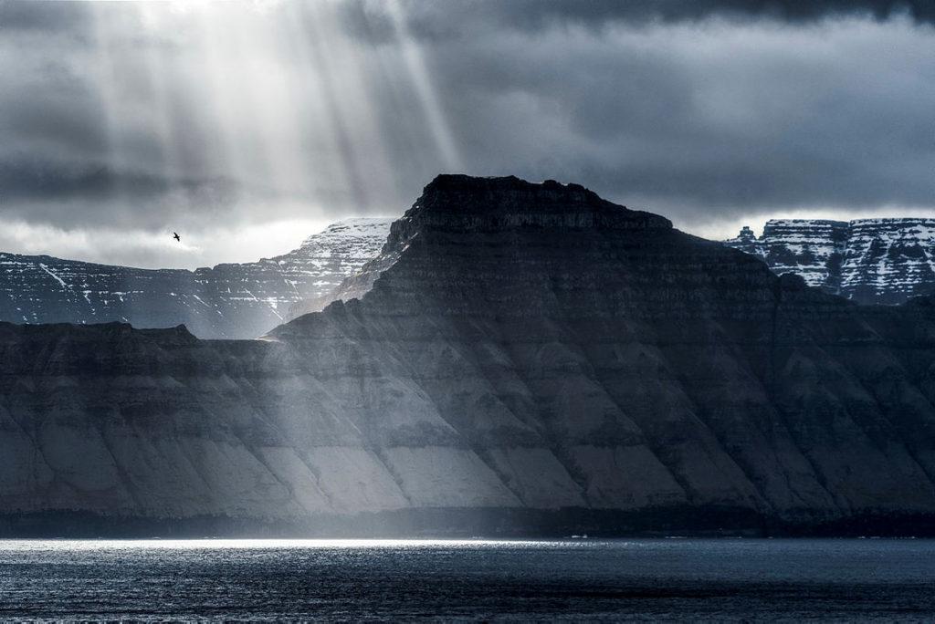 fjell på færøyene i sollys