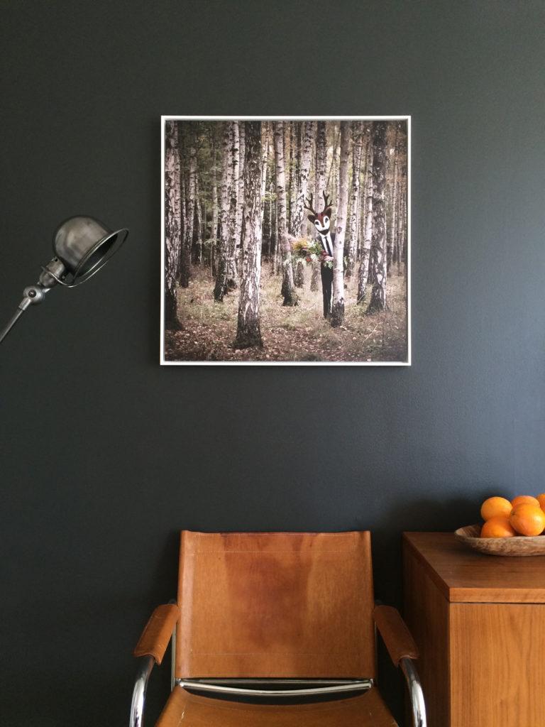 bilde på vegg over fin skinnstol