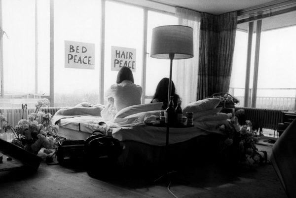 john lennon og yoko ono sittende i sengen