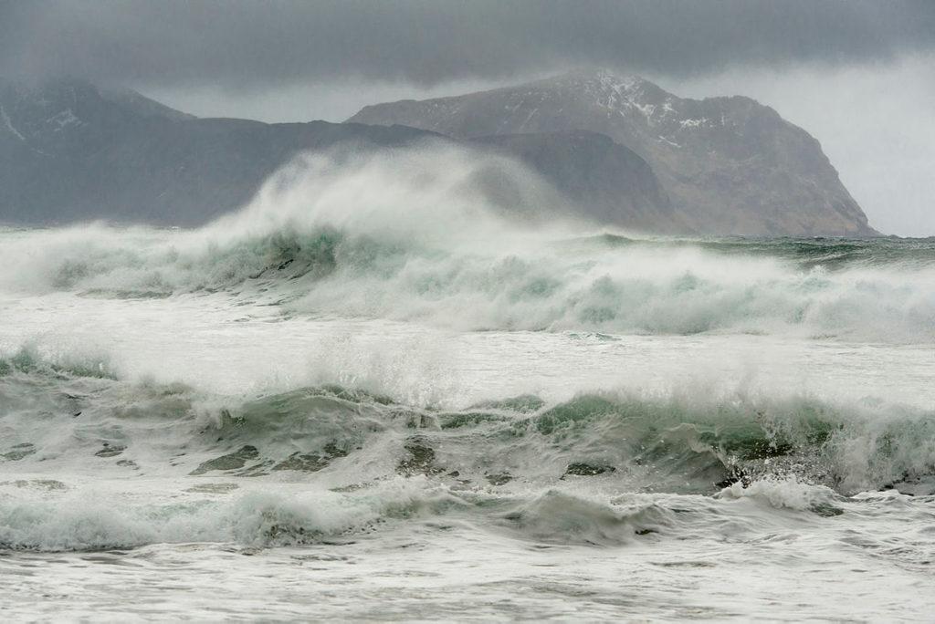 bilde av sjø i storm