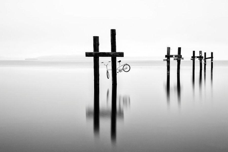 bilde av sykkel feste på påle ute i vannet