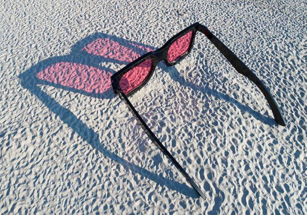 Kunstinstallasjon av solbriller på en strand